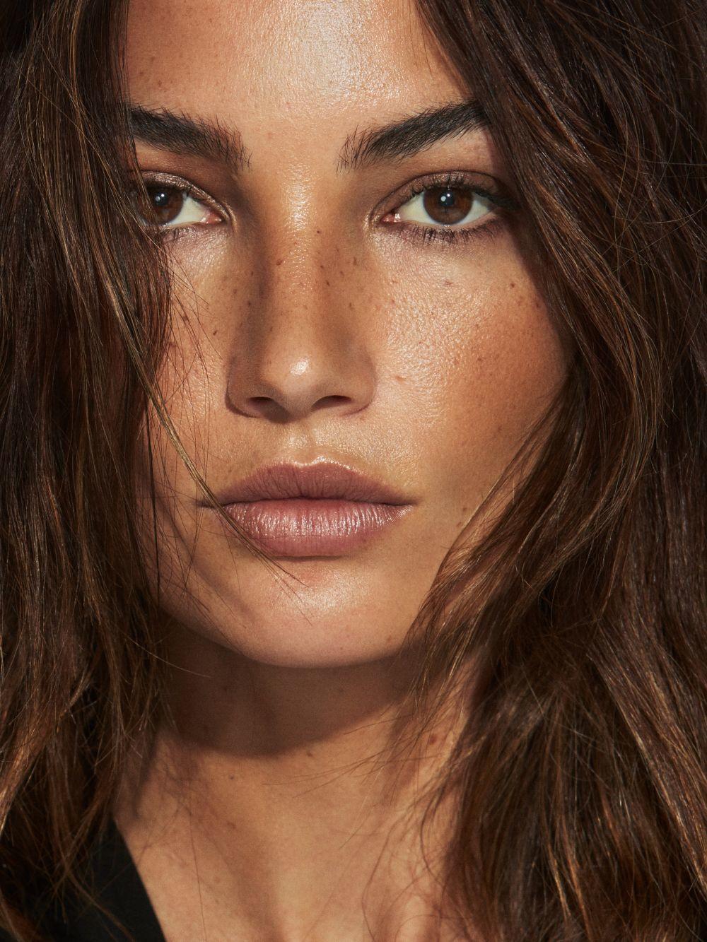 La modelo Lily Aldridge luciendo un rostro con una piel bronceada e hidratada impecable.