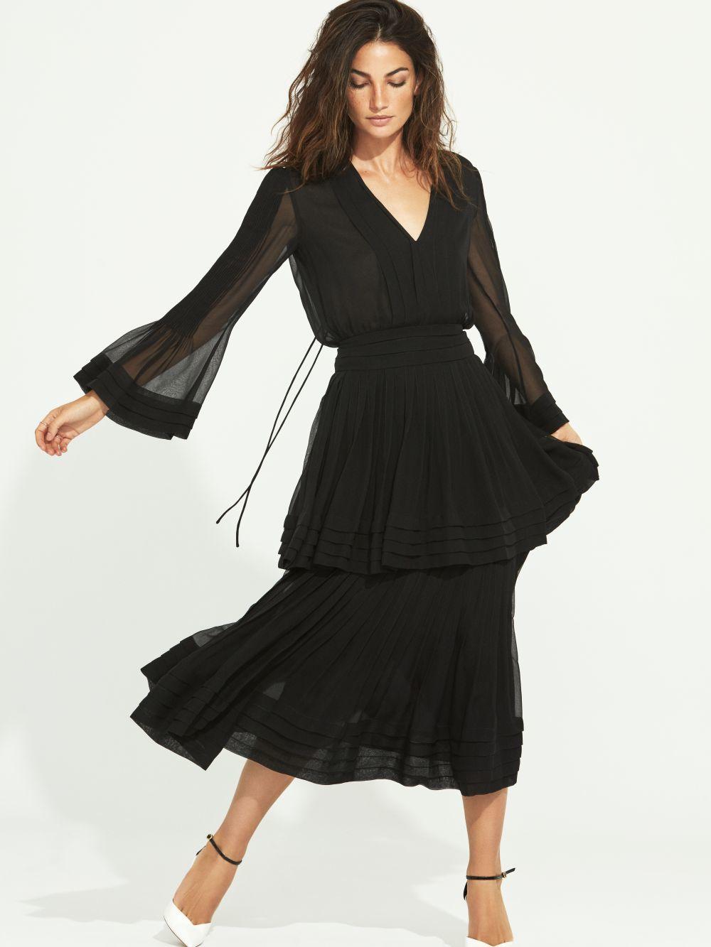 Con vestido negro y en una de nuestras producciones para TELVA, Lily Aldridge.