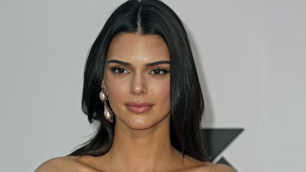 Kendall Jenner con su melena castaña oscura antes de lucir su nuevo...