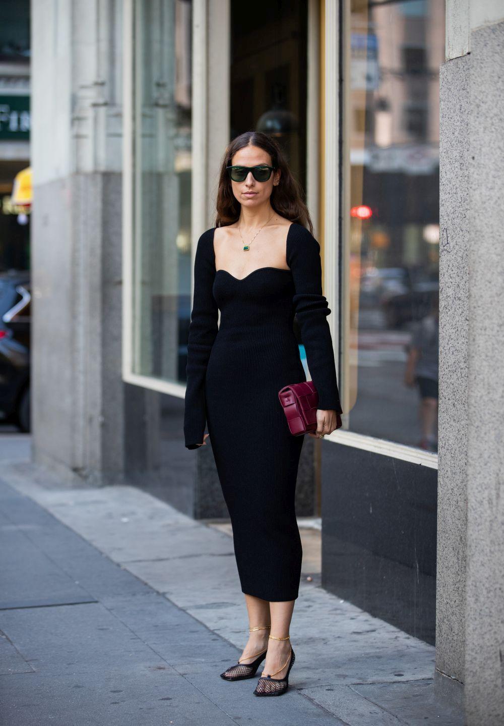 Erika Boldrin luce el vestido negro en clave gótica.