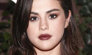 Selena Gomez con su melena castaña y lisa antes de apostar por unas...