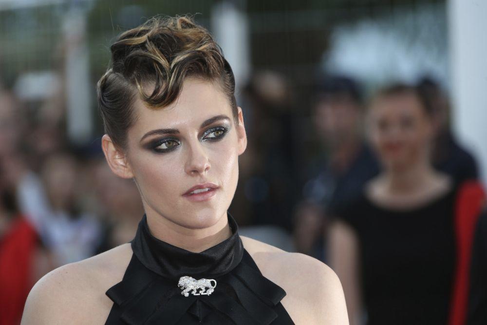 Kristen Stewart, con su corte pixie con tupé y ondas efecto rockero.