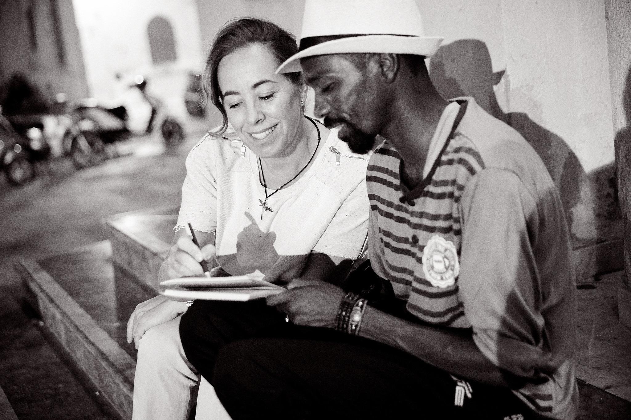 Cristina Larraondo con Mohamat, uno de los migrantes del Open Arms, en...