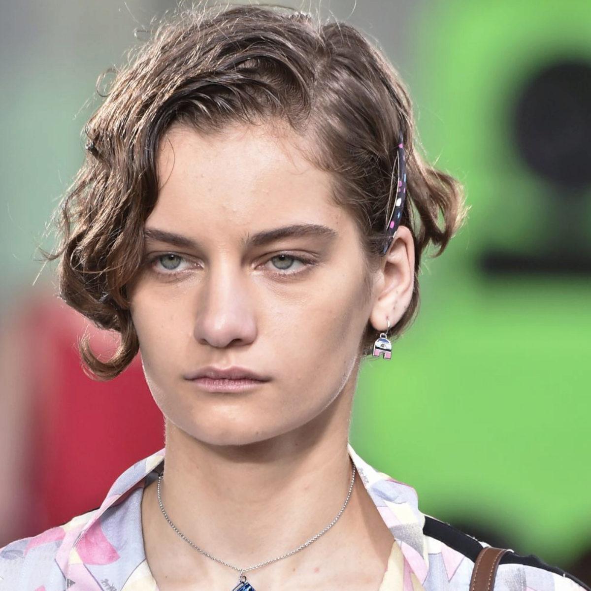 La modelo Alina Bolotina con un corte pixie rizado adornado con...