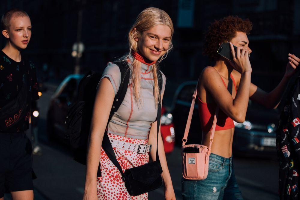Hunter Schafer en el street style de Miu Miu de la Semana de la Moda de París.
