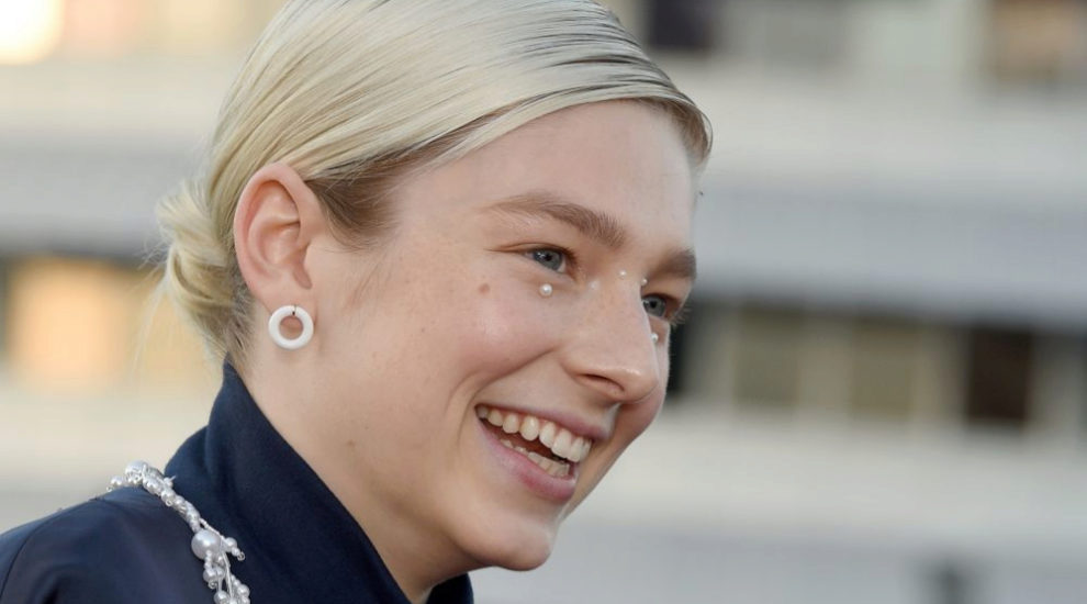 La actriz y modelo Hunter Schafer, con maquillaje con perlas en el...