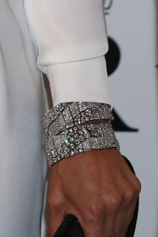 Detalle de los brazaletes de la reina Letizia.