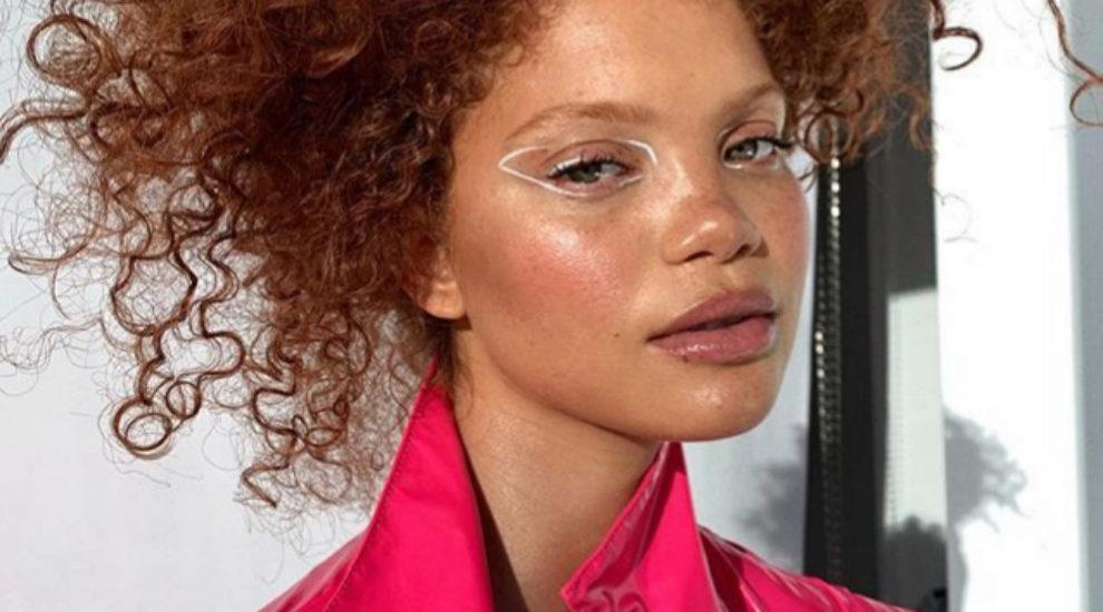 La modelo Carmen Lee Solomons maquillada por Leah Darcy