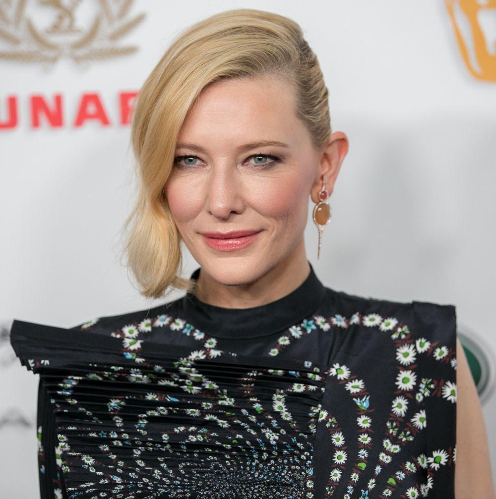 Cate Blanchett luciendo unos labios jugosos y un rostro esculpido por excelentes tratamientos de hidratación, corrector y base de maquillaje iluminadora.