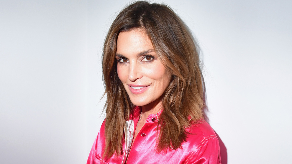Cindy Crawford con una base de maquillaje luminosa y un look en clave...
