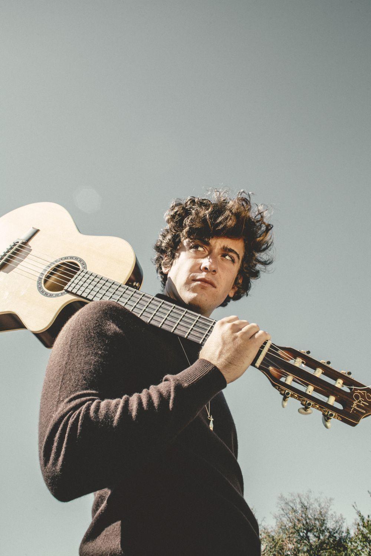 Álvaro de la Fuente es el cantautor detrás de Guitarricadelafuente.