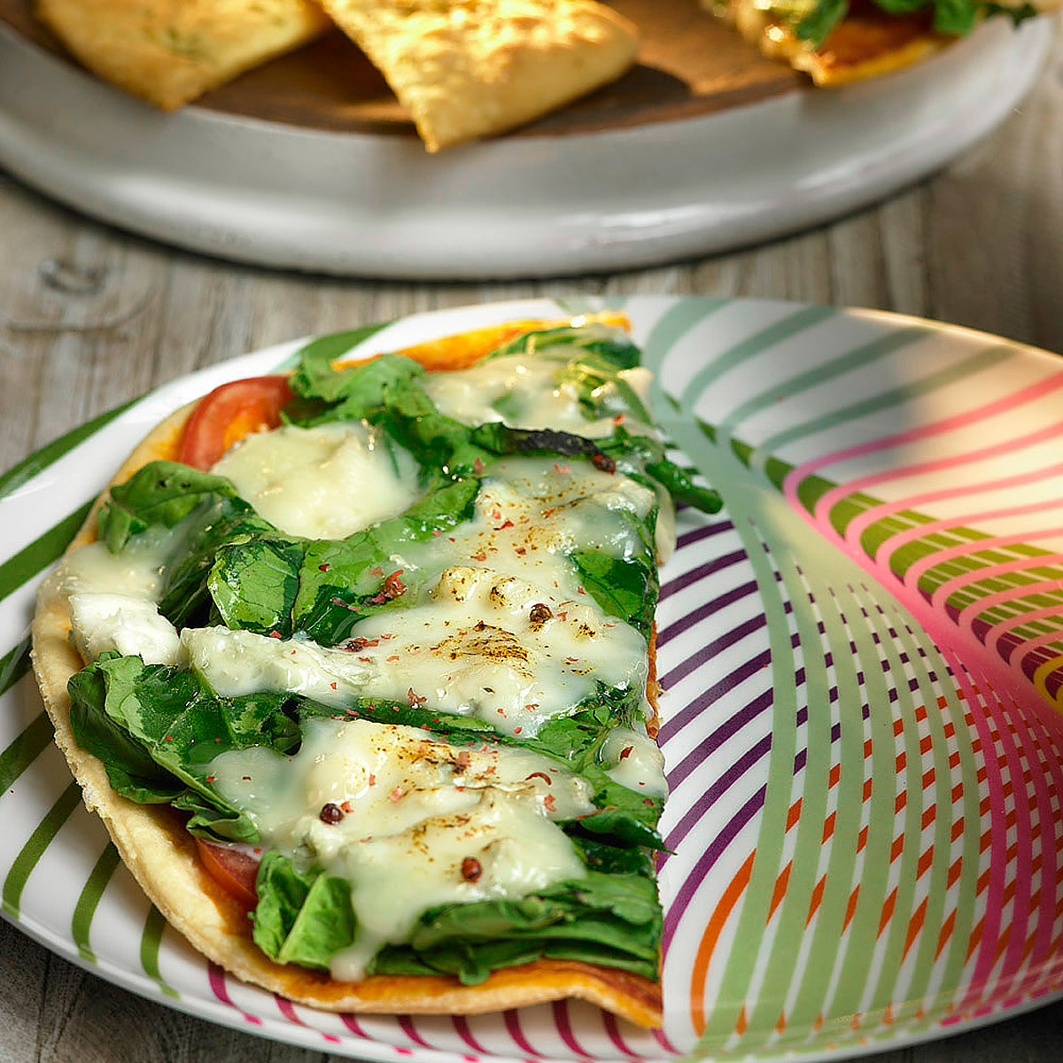 Pizza de espinacas, tomate y gorgonzola