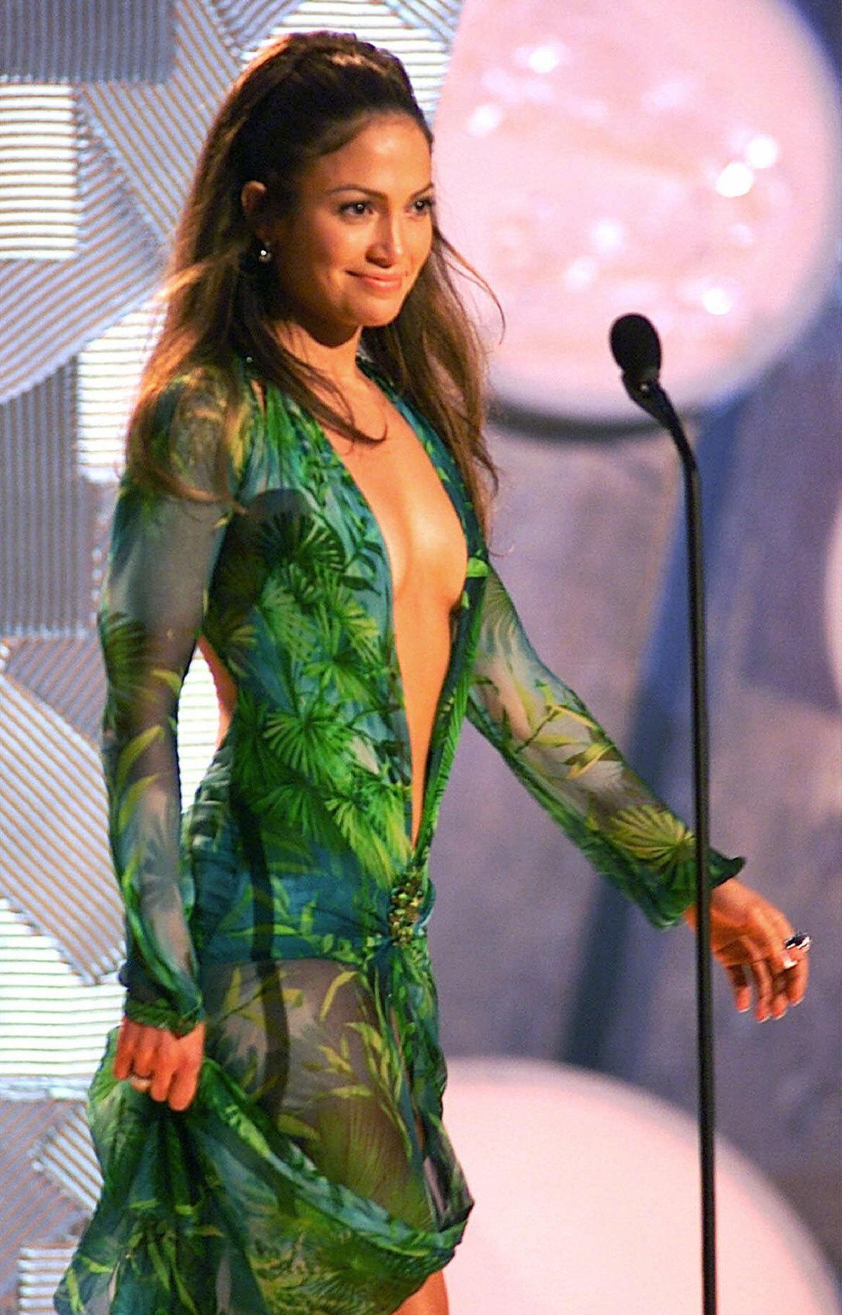 Jennifer Lopez en los Grammy 2000 con el icónico vestido de Versace.