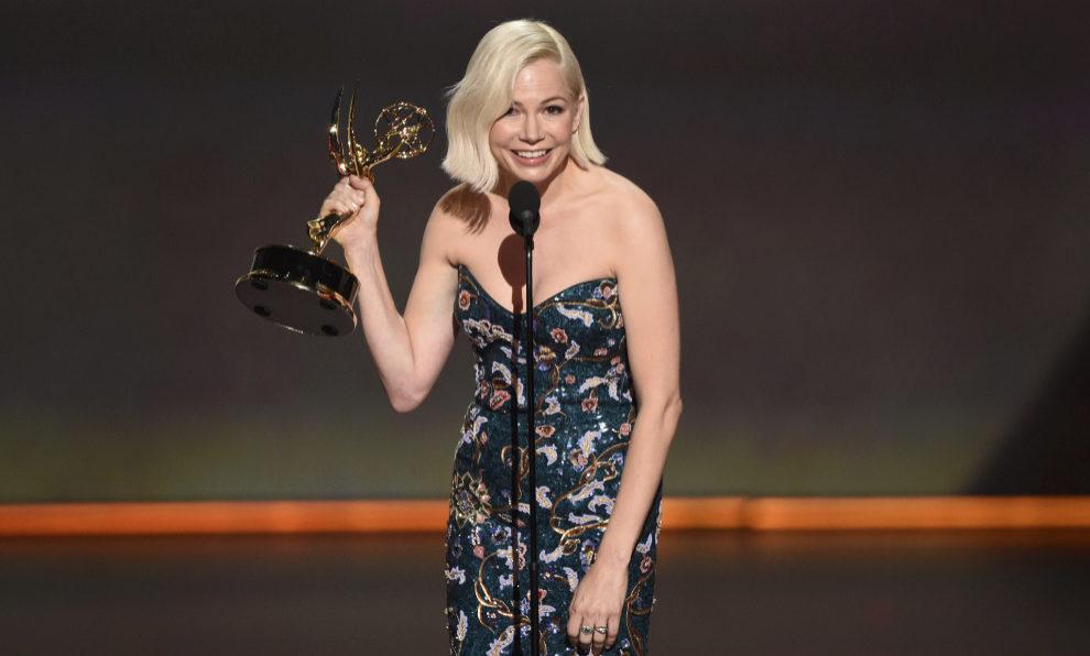 Michelle Williams, recogiendo el premio Emmy por su trabajo en...