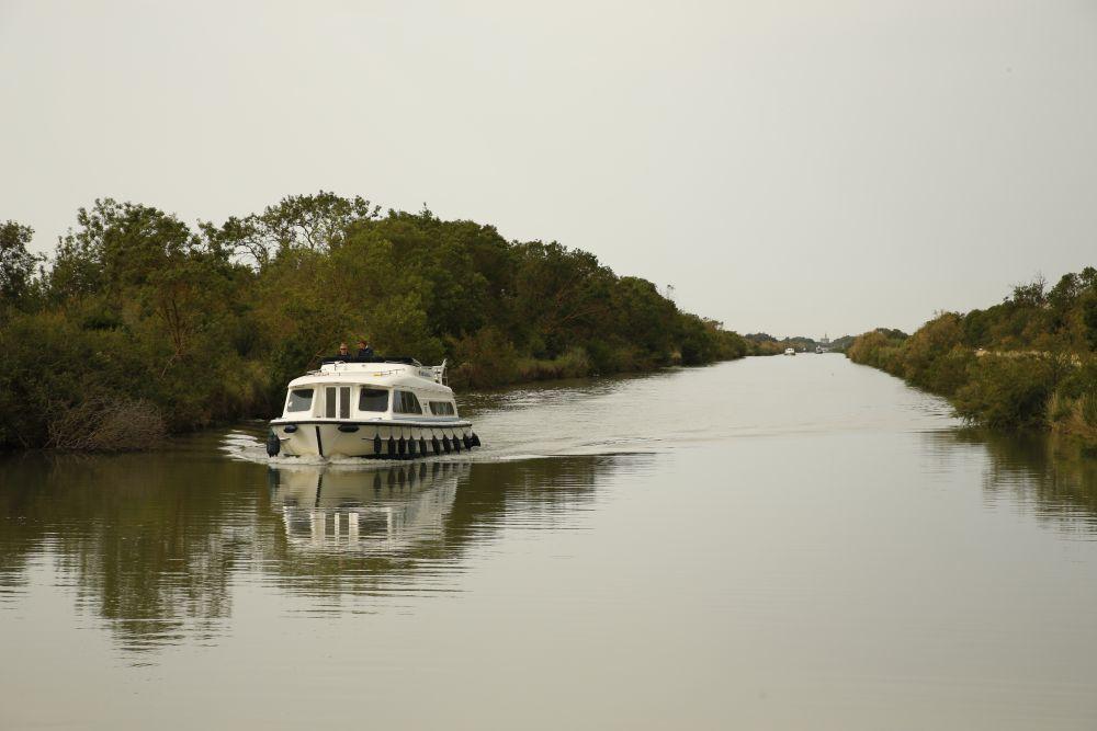 El barco Horizon de Le  Boat avanza por el canal del Rodano