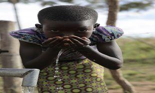 Una niña del poblado de Oluko (Uganda), gracias al proyecto ganador,...