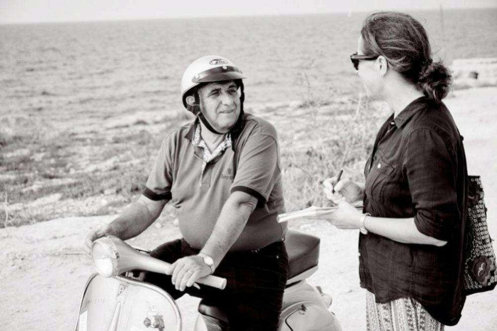 El dotor Pietro Bartolo charla con Cristina Larraondo en Lampedusa.