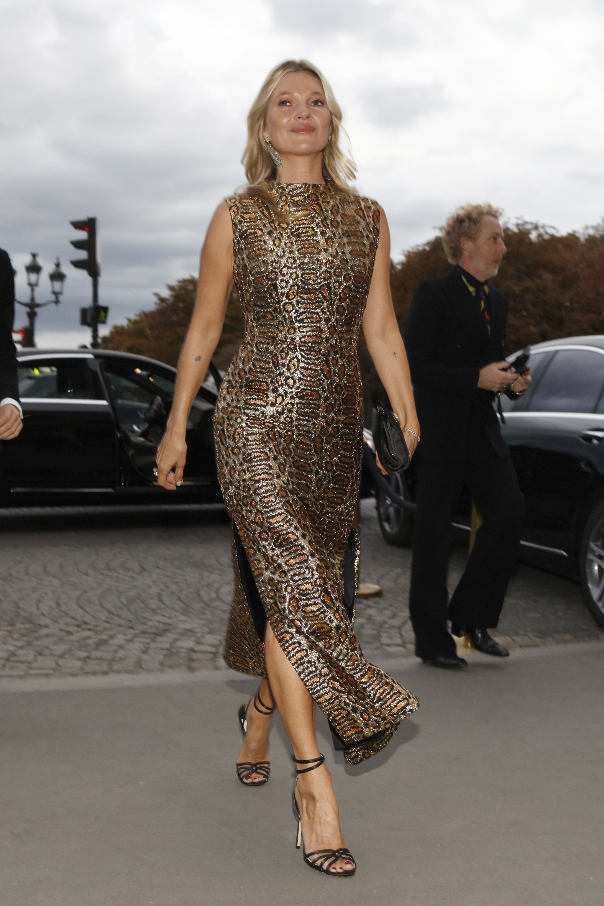 Kate Moss con vestido de leopardo.