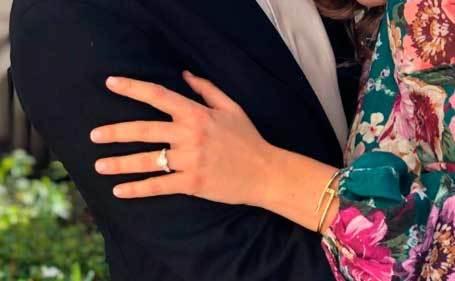 El anillo de compromiso de Beatriz.