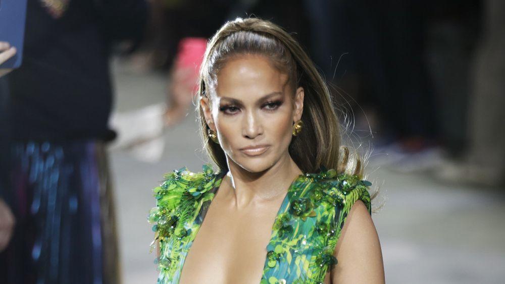 Jennifer Lopez con una coleta alta con volumen y puntas hacia fuera.