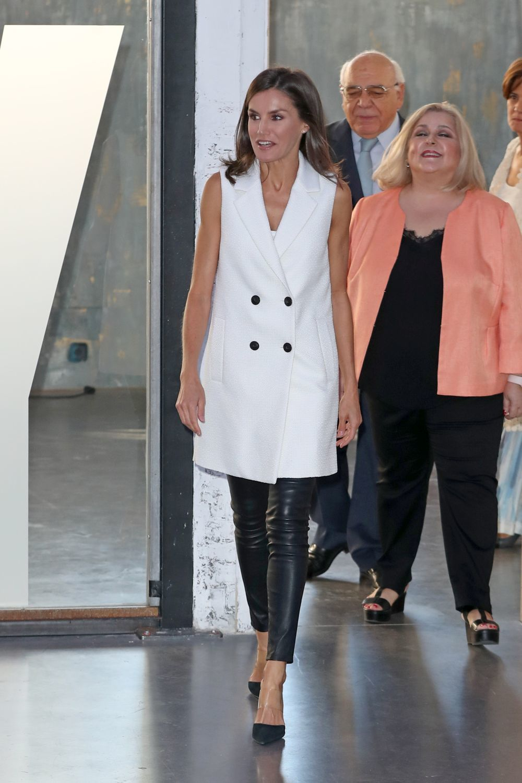 La reina Letizia se atreve con los pantalones de cuero.