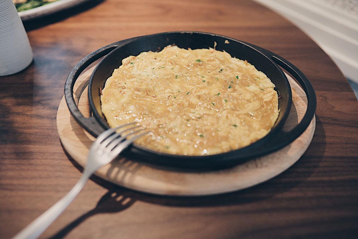Tortilla al momento de queso Stilton y cebolla dulce