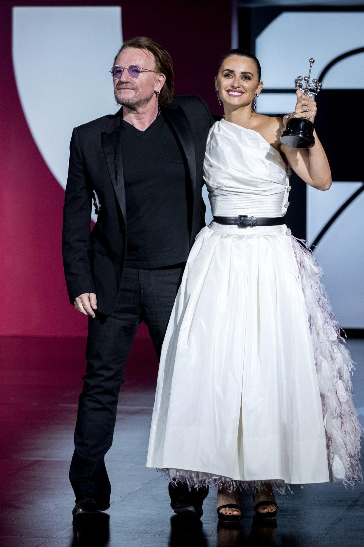 La actriz Penélope Cruz junto al cantante Bono, líder de la banda U2...