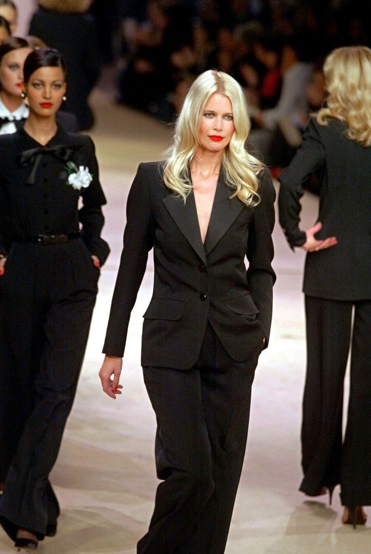 Claudia Schiffer desfilando para  Yves Saint Laurent con  su famoso esmoquin