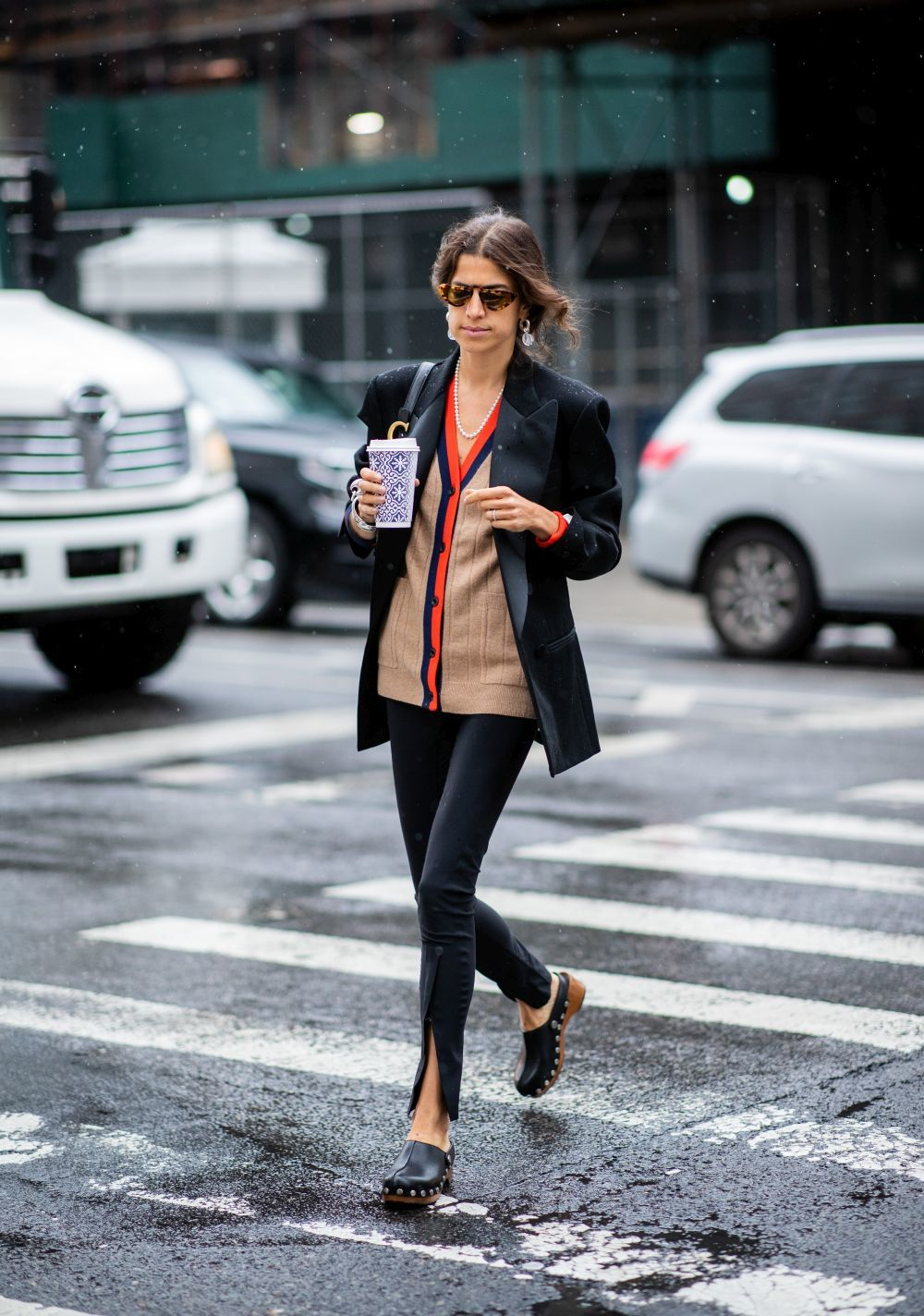 Leandra Medine (Man Repeller) con  blazer en la New York Fashion Week Spring/Summer 2019.