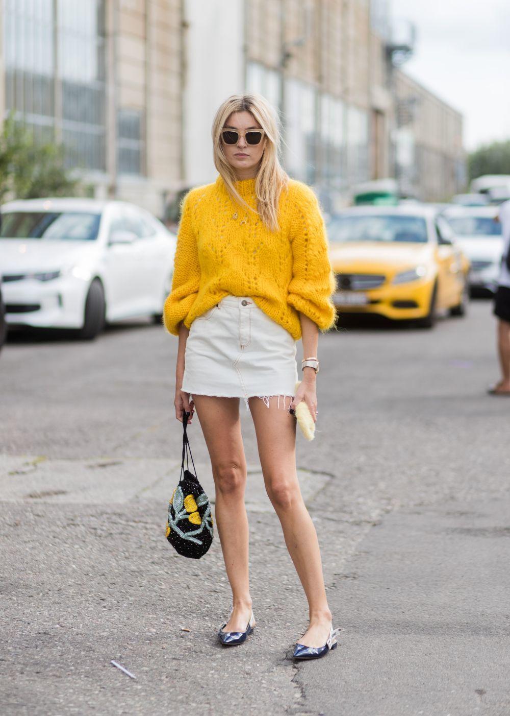 Con o sin medias, la combinación falda y bailarinas no falla.