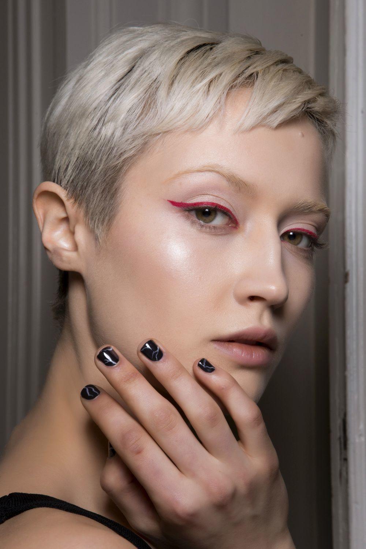 Guy Laroche se apunta al nail art con base negra y efectos mármol...