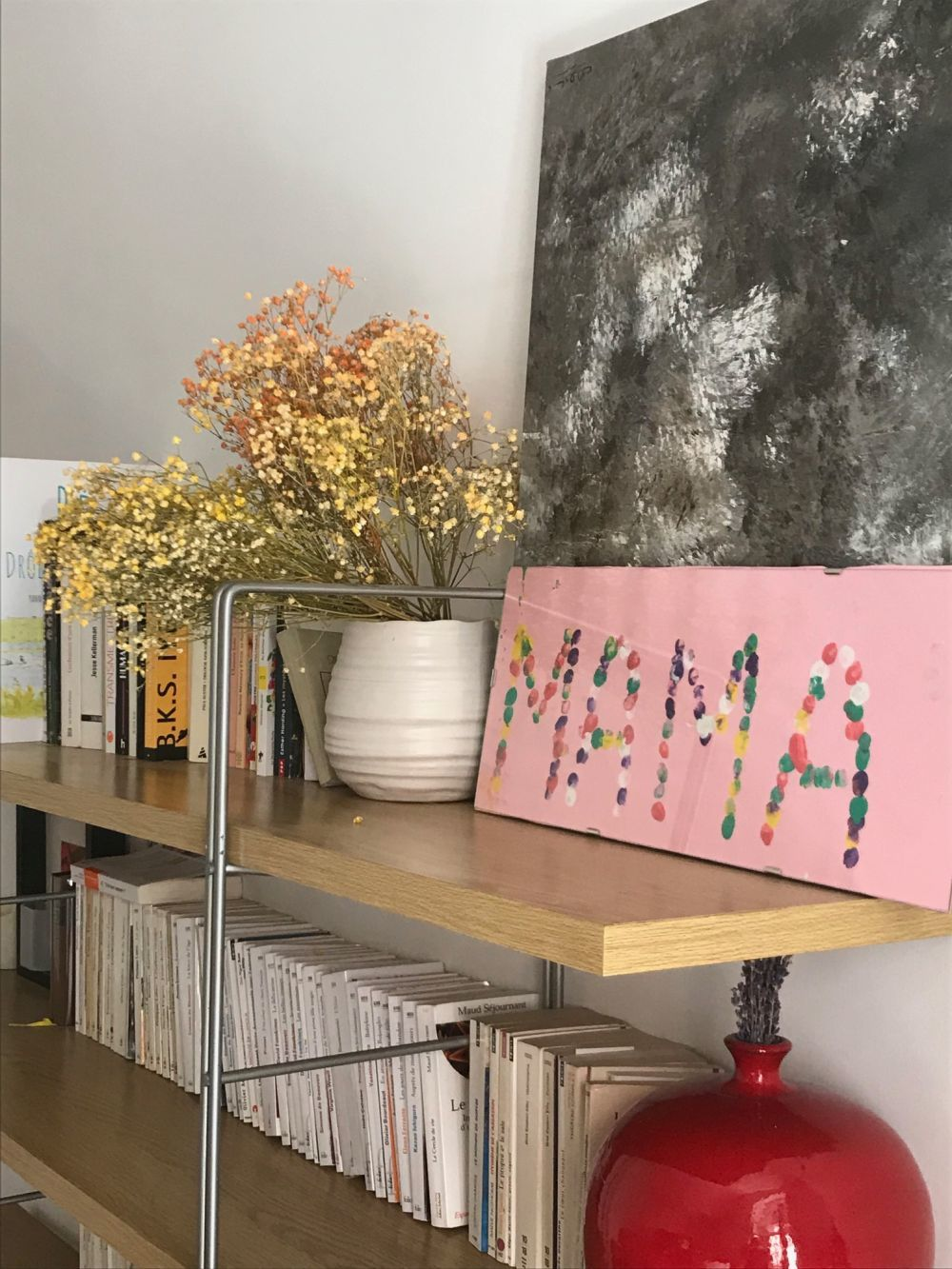Audrey muestra un rincón de su casa, su biblioteca y una manualidad...