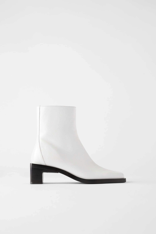 Botines de punta cuadrada en blanco con suela negra de Zara