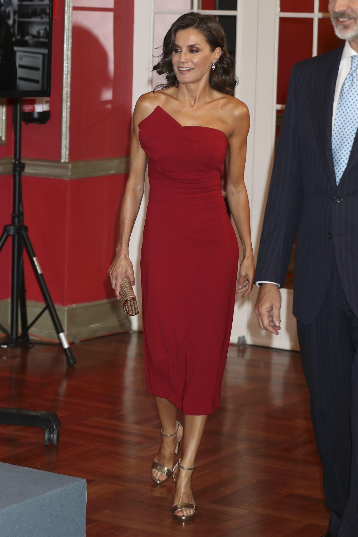 La reina Letizia, de rojo, en el 30 aniversario de El Mundo