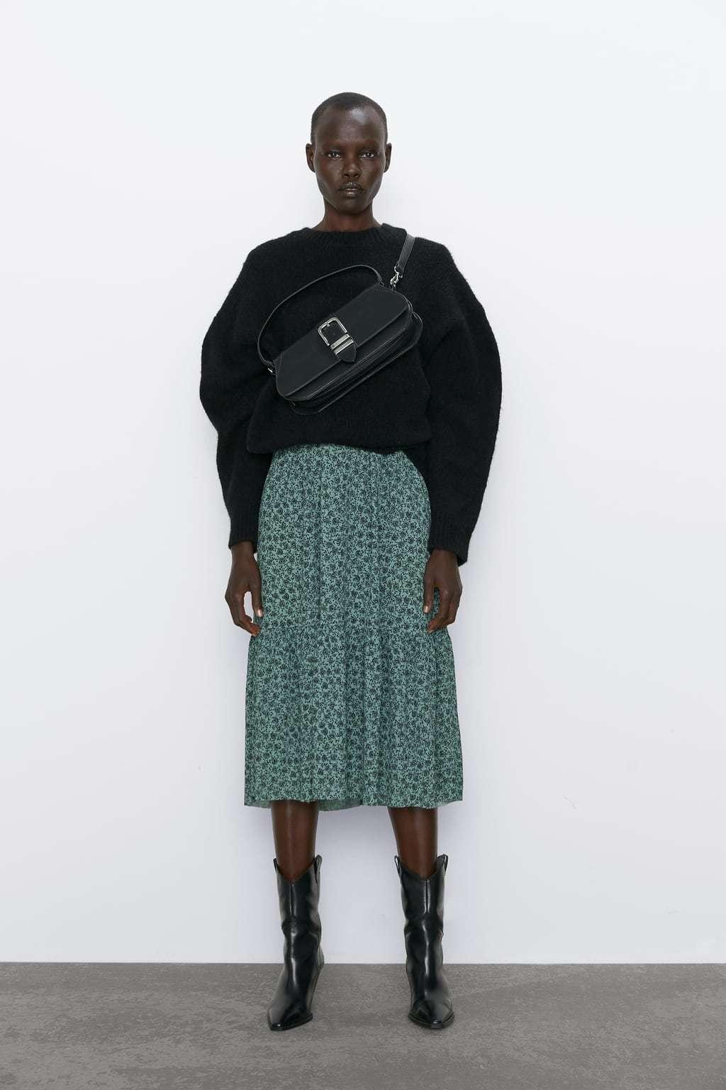 El vestido de Zara combinado con un suéter negro y botas militares.