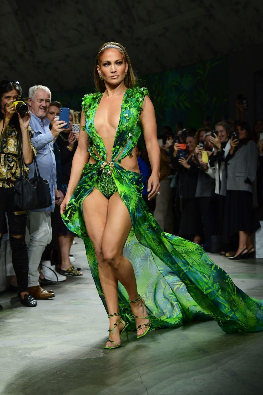 Jennifer Lopez desfilando para Versace en la última pasarela de...