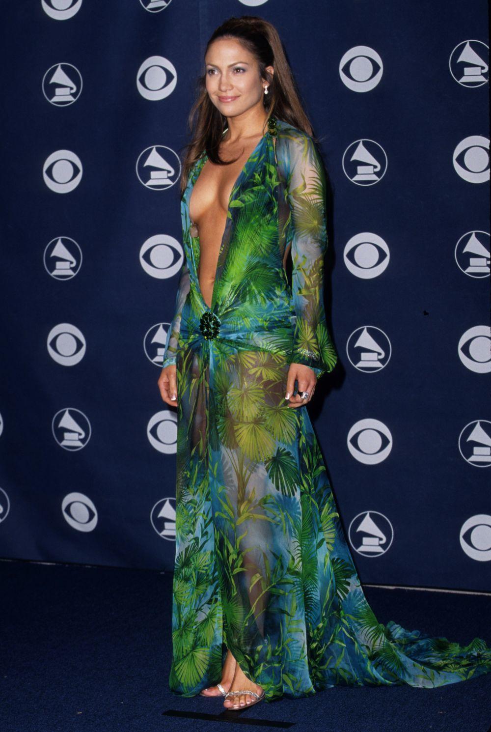 Jennifer Lopez en el 2000 en la entrega de los Premios Grammy con el...