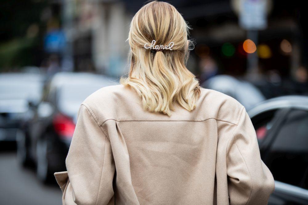De cara a la primavera que viene, tampoco faltarán los pasadores como los que hemos visto en el street style de la pasarela de Milán para recoger las melenas largas y dejar el rostro despejado y el cabello suelto como éste de Chanel.