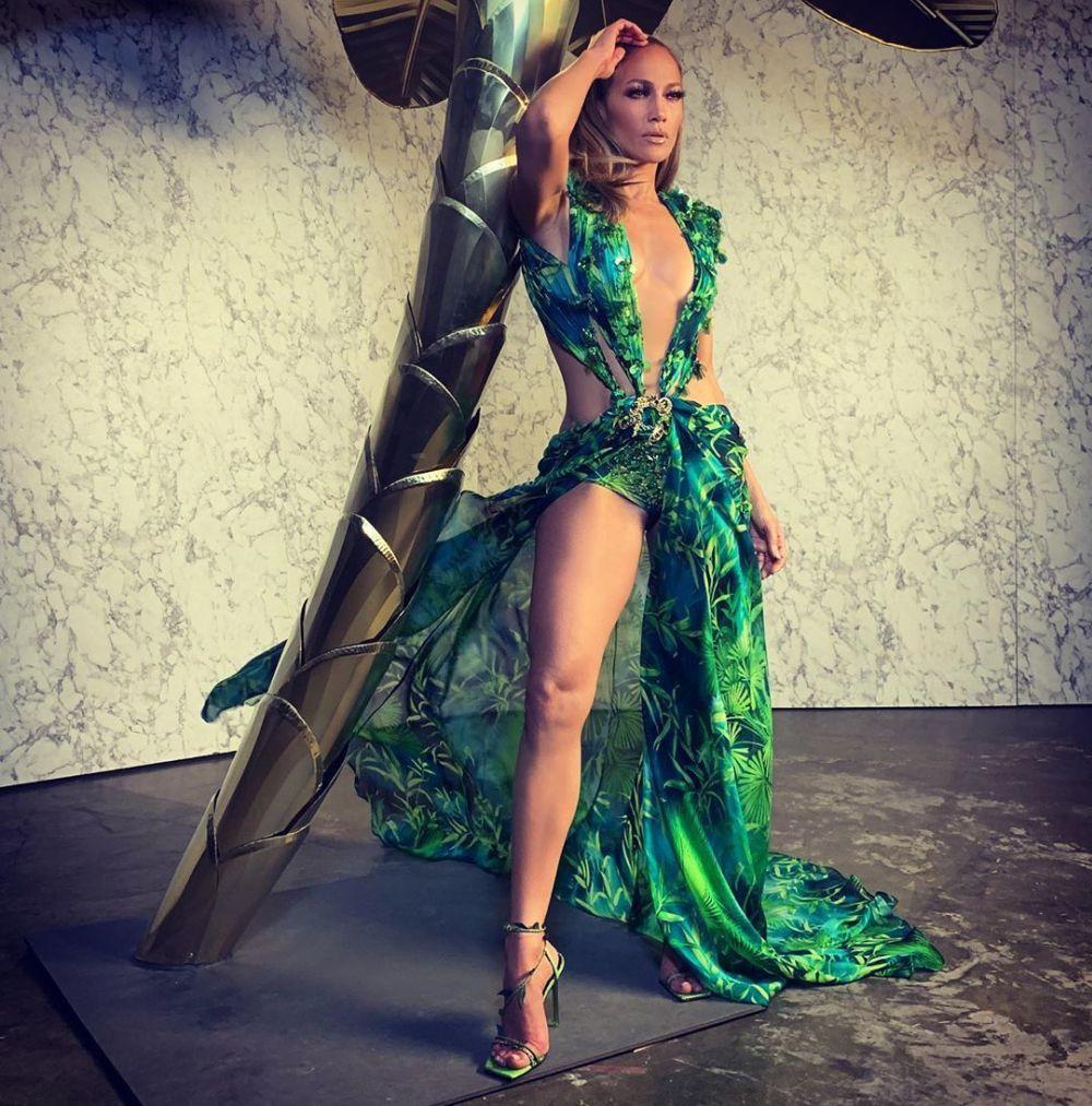 Jennifer Lopez tras el desfile de Versace Primavera/Verano 2020 con el...
