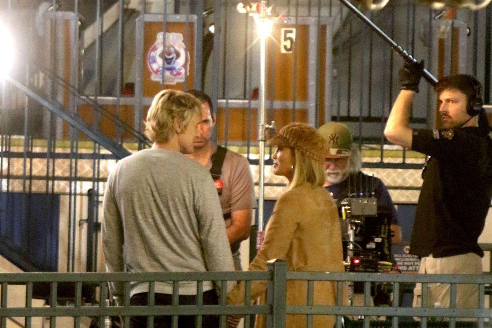 Jennifer Lopez y Owen Wilson, ayer en el rodaje de Marry me en...