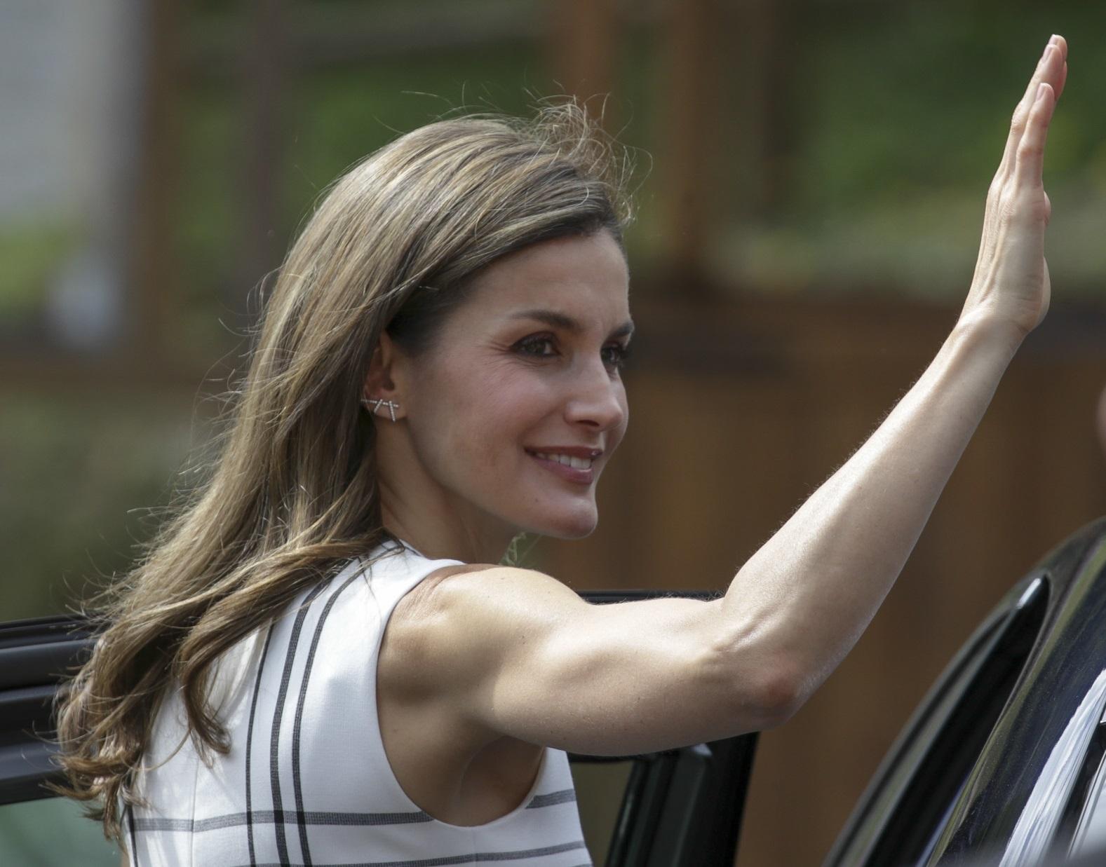 La Reina Letizia luce unos brazos perfectamente tonificados.