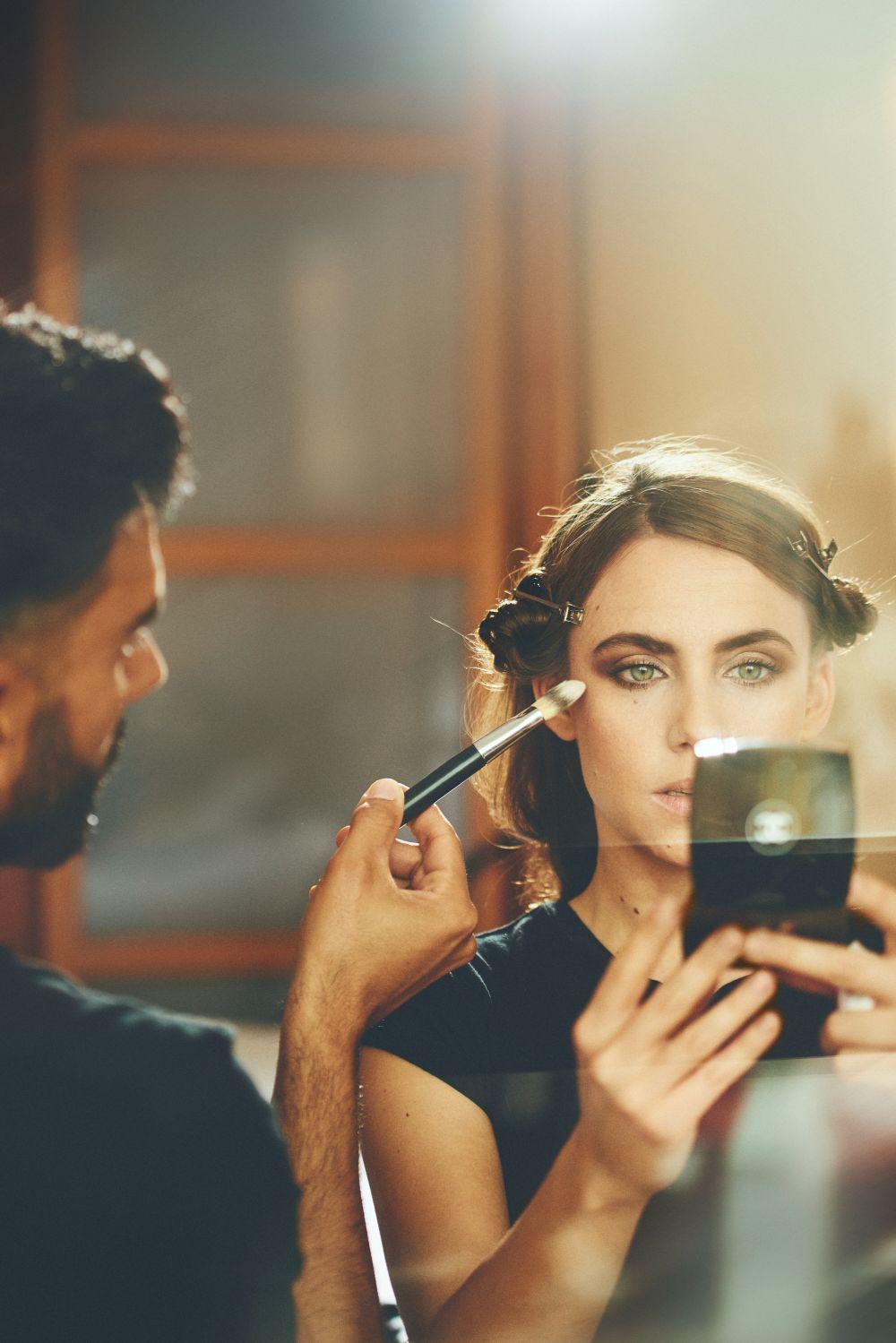 El maquillador Iván Gómez retocando a la actriz Aura Garrido.
