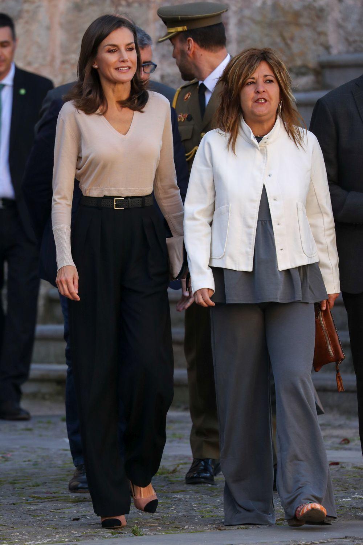 Así lleva la reina Letizia los pantalones anchos.