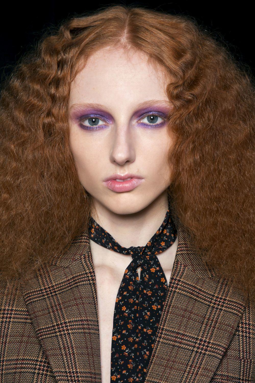 Michael Kors se decanta por enmarcar el ojo en tonos violetas para...