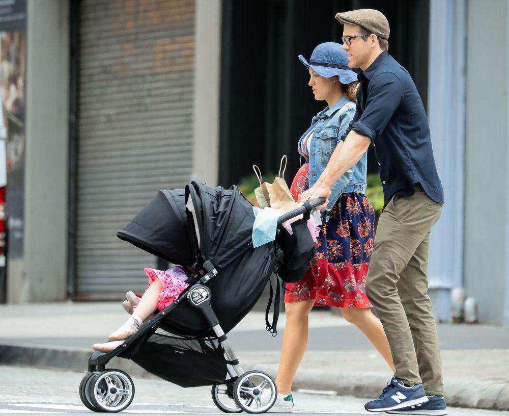 Blake Lively y Ryan Reynolds paseando con sus hijas por Nueva York.
