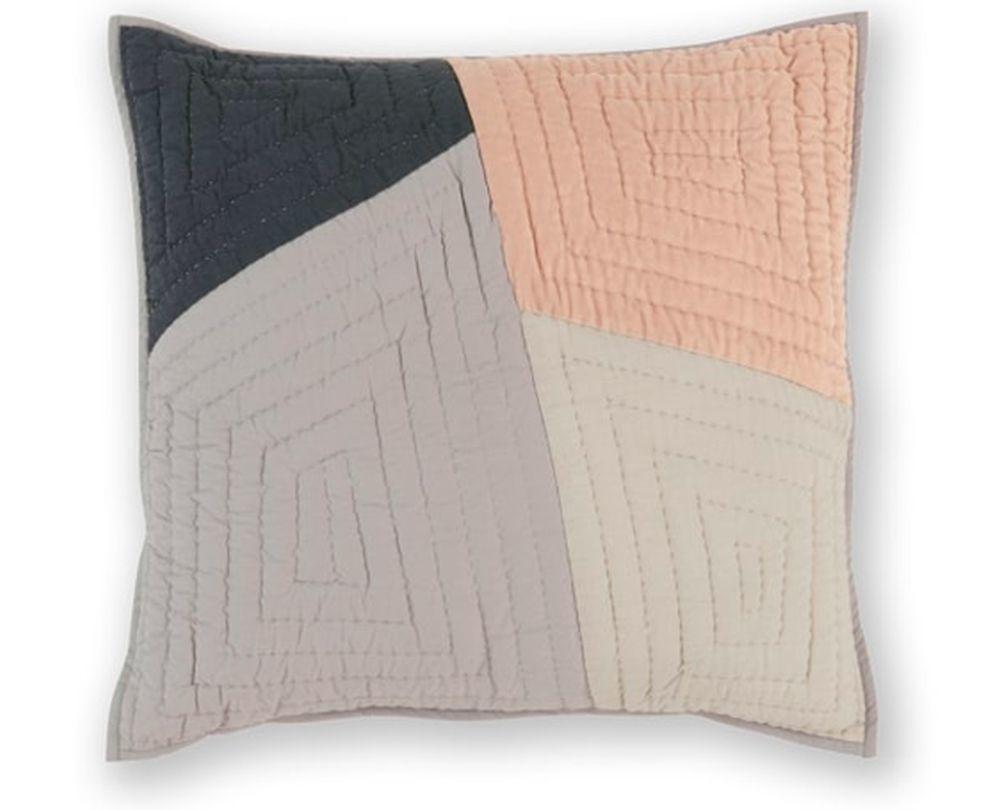 Cojín Bloco en rosa y gris.  Made.com (45 euros)