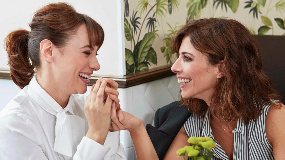 En la foto, Maribel Verdú y Natalia Verbeke disfrutando de un...