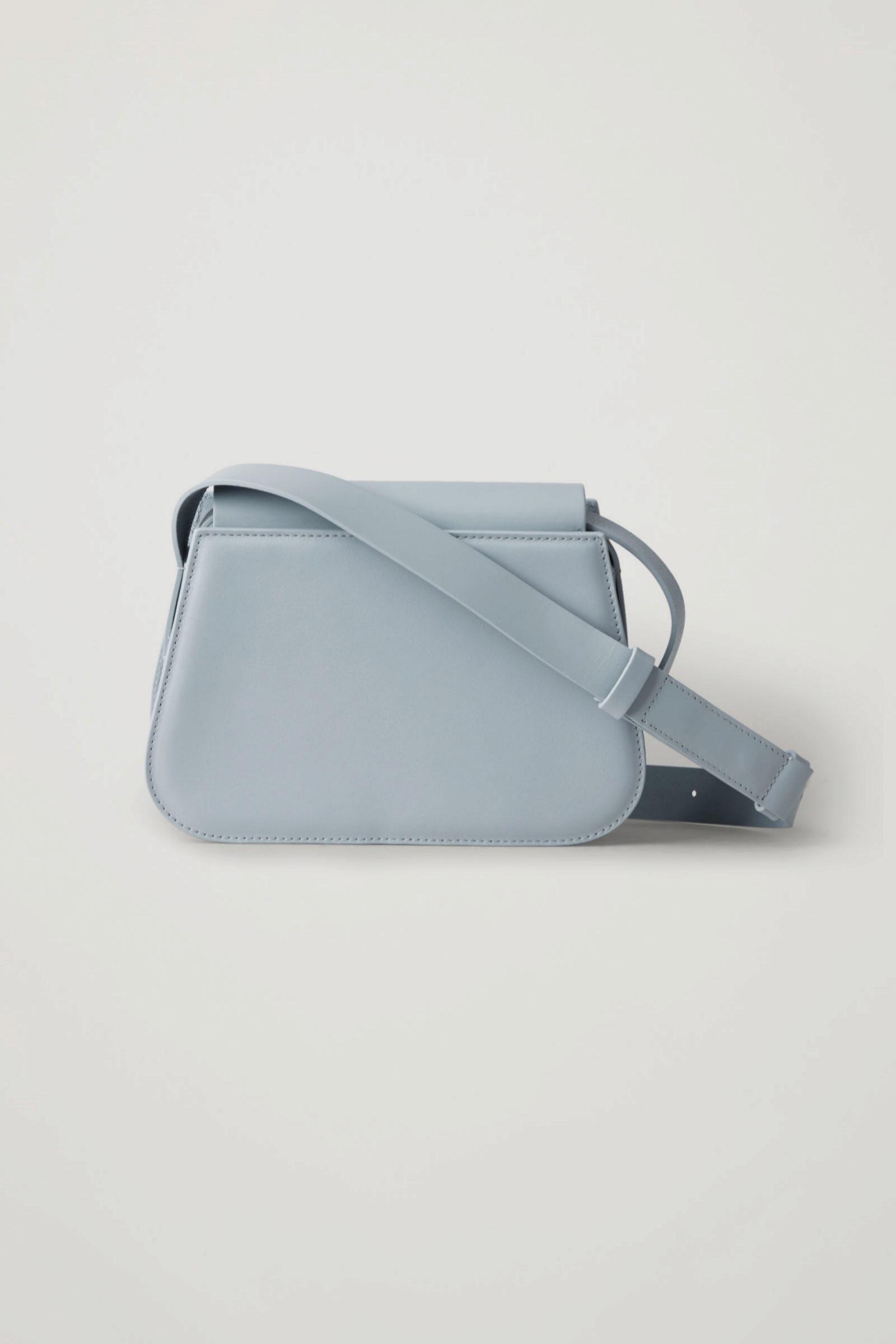 Bolso bandolera de piel azul celeste de COS