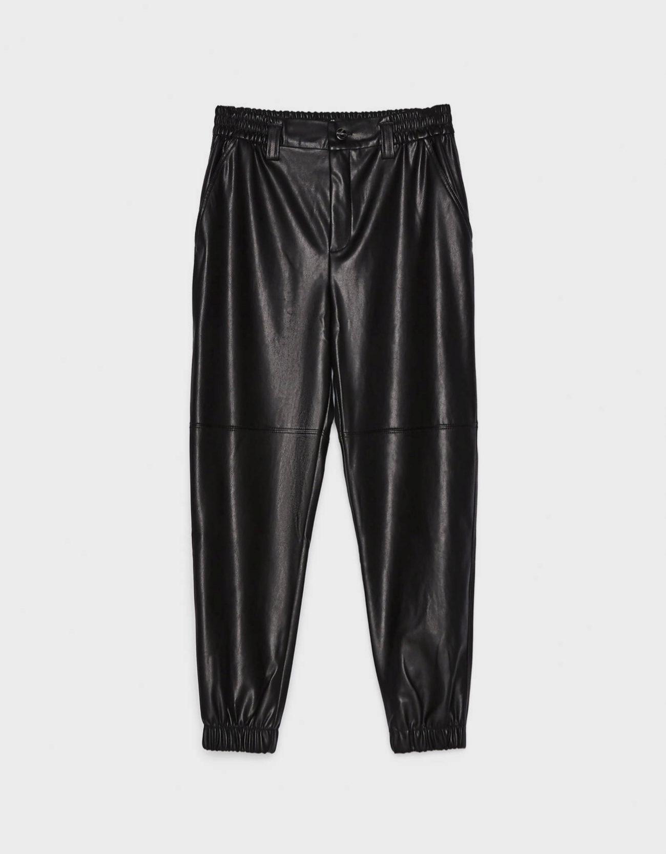 Pantalones jogger efecto piel de Bershka