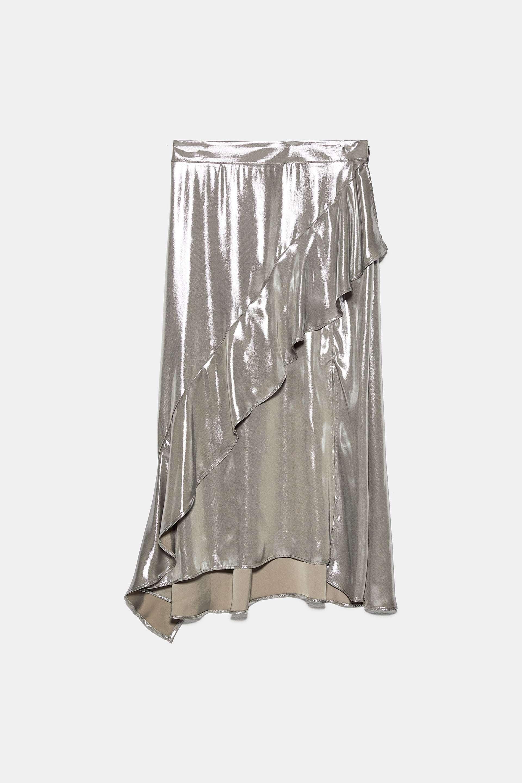 Falda metalizada, de Zara (39,95 euros).